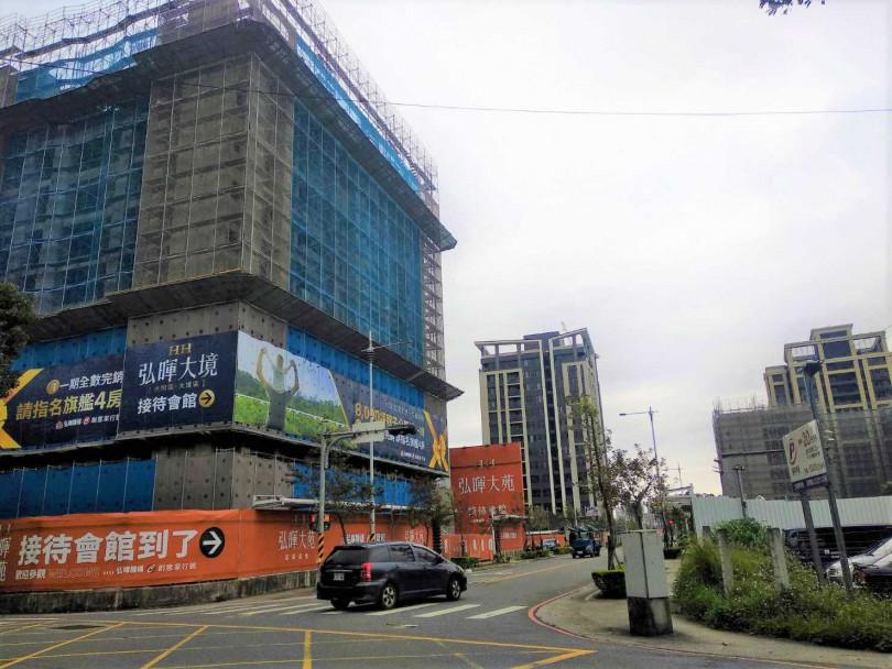 土城區的「弘暉大苑」位於暫緩重劃區內,一期已完銷,目前進入二、三期銷售中。(圖/林榮芳攝)