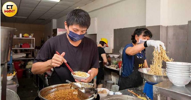 鹽水知名的阿桐意麵就用范榮楠製作的麵條,深受當地人青睞。(圖/宋岱融攝)