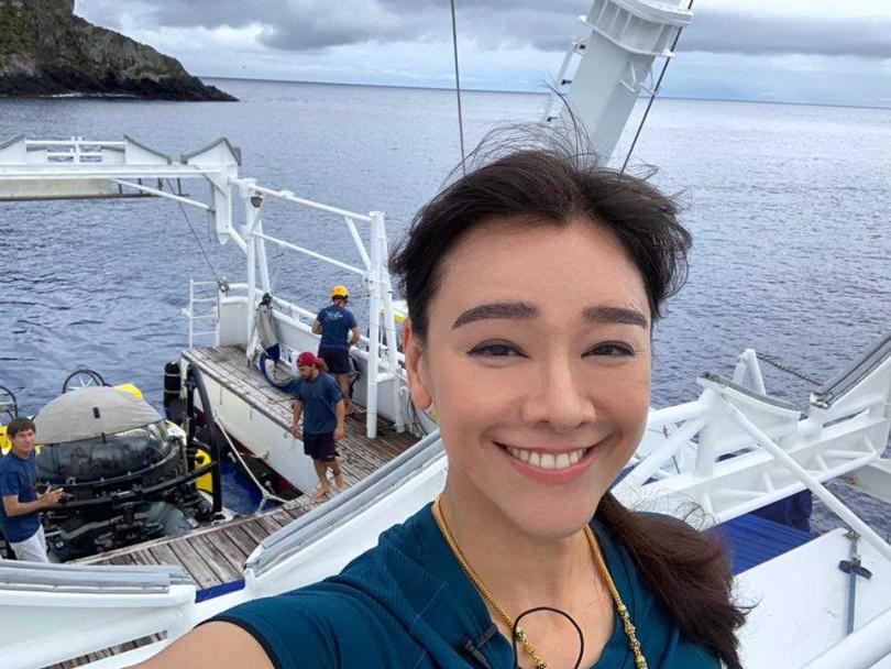郭秀雲是德中混血兒,爸爸是海洋公園創辦人之一,放假的時候都在海洋公園中度過,從小便跟海豚暢泳。(圖/FB)