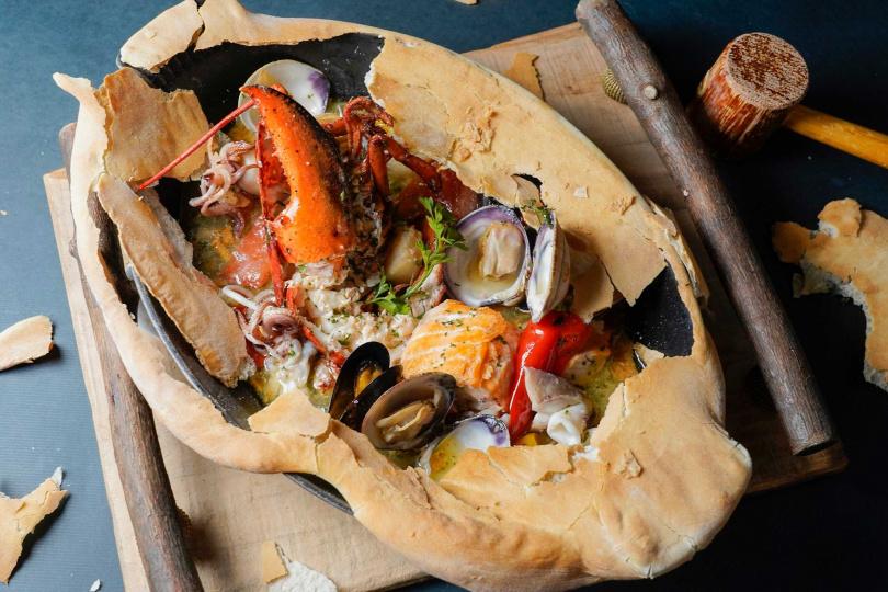 爐烤披薩皮裹綜合海鮮。(圖/君悅Ziga Zaga義大利餐廳提供)