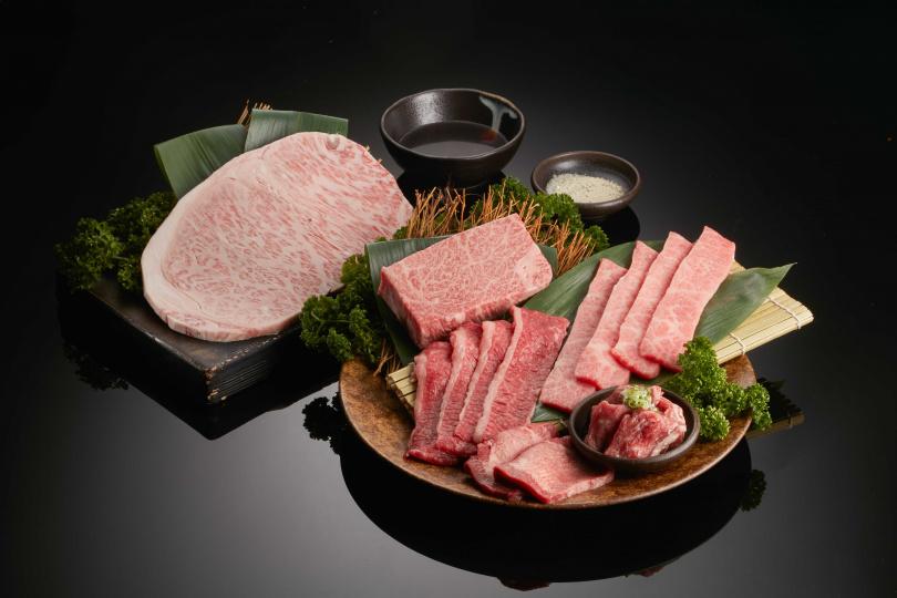 「老乾杯奢華燒肉禮盒」集結日本A5和牛薄牛排、特選牛排、姿切,澳洲和牛紛雪燒、厚切牛舌、伊比利豬肋眼上蓋等最高等級精華部位。(圖片提供/乾杯集團)