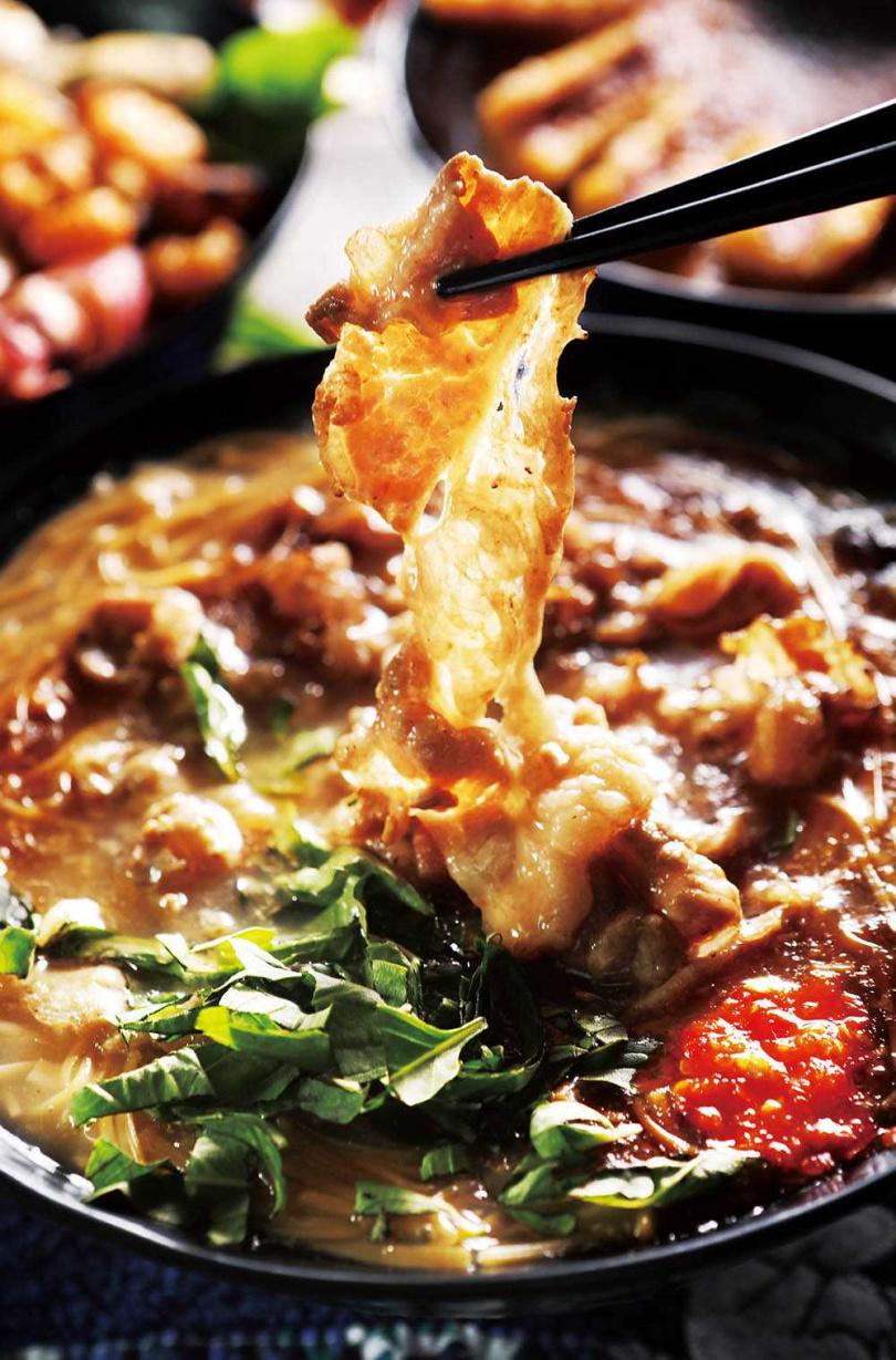 用培根牛與雪花牛製作的「特盛牛麵線」,油脂與肉香讓麵線的層次更豐富。(120元)(圖/施岳呈攝)