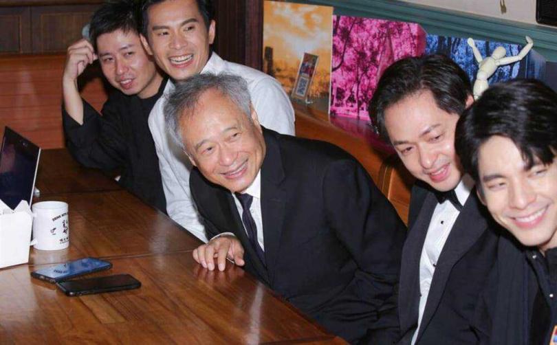 李安導演(中)鼓勵廖明毅導演(左)等台灣電影後輩。(圖/吳松翰攝)