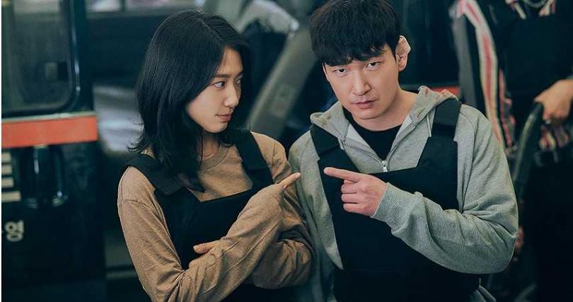 曹承佑比朴信惠晚2個月才加入劇組,身為後輩的朴信惠熱心當起導遊為他介紹一切,彷彿拍攝現場的隊長。(圖/Netflix提供)