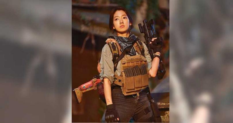 朴信惠全新女戰士形象獲得影帝認證。(圖/Netflix提供)