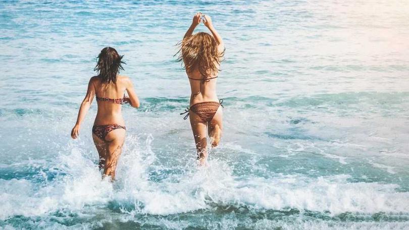 事發當天海邊到處都是人,但全都不知少女遭到性侵。(圖/Pixabay)