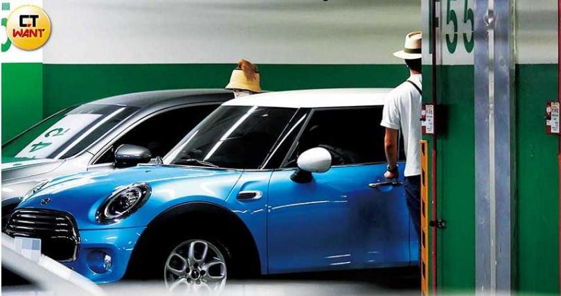 後來Lulu把駕駛任務交給張瑞夫,車子停放在在新北市淡水捷運站的停車場。(圖/本刊攝影組)