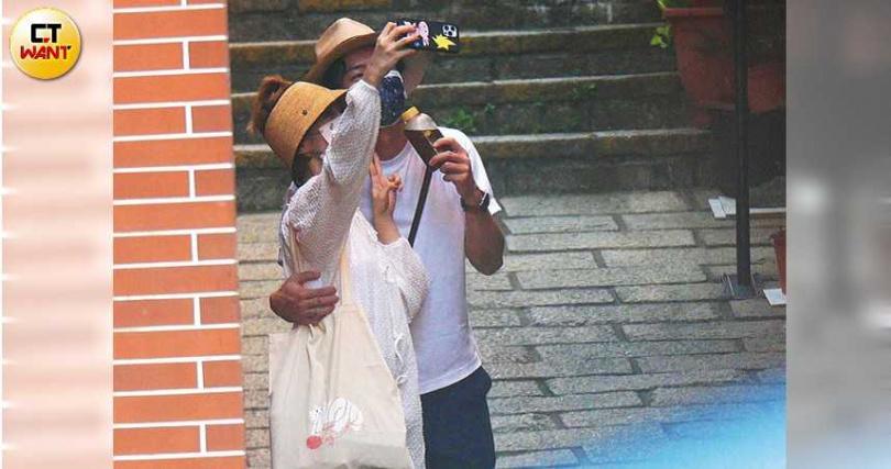 每買一樣食物,兩人都會拍照紀念約會的足跡。(圖/本刊攝影組)