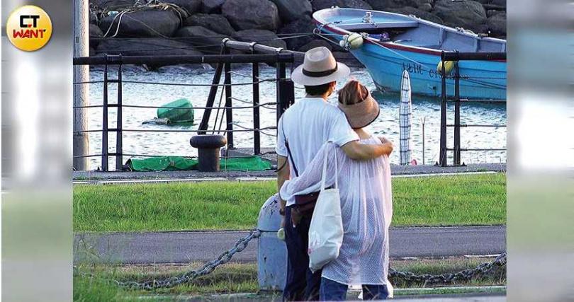 雖然天氣炎熱,Lulu和張瑞夫依然黏呼呼地抱在一起。(圖/本刊攝影組)