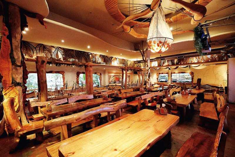 「打鹿岸」餐廳的空間,處處展現原住民文化藝術的風格。(圖/于魯光)