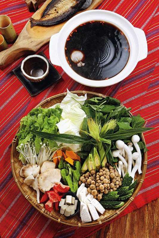 「原生野蔬菌菇養生鍋」的野菜種類豐富,因為葉菜屬性偏寒,建議搭配何首烏湯頭一起品嘗。(780元)(圖/于魯光)