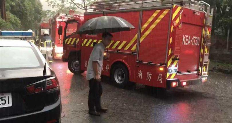 警消抵達現場,隔著溪水展開救援行動。(圖/民眾提供)