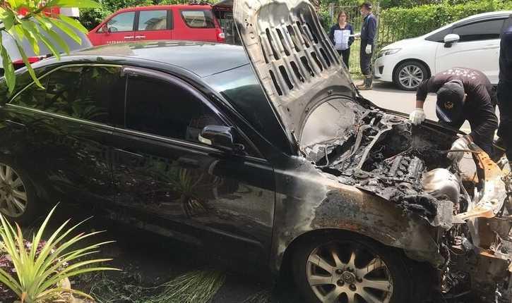 胡姓警員今年8月放火燒毀和他有債務糾紛的車主自小客車,警方到場鑑識。(圖/讀者提供)