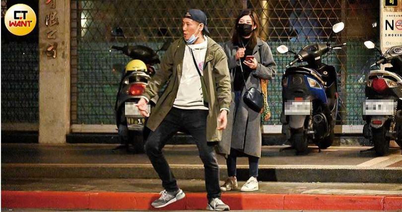 不甩男友扮猴耍寶、全程冷眼以對的林逸欣,最後和Tony一起在馬路旁以「亞洲蹲」姿勢滑著手機。(圖/本刊攝影組)