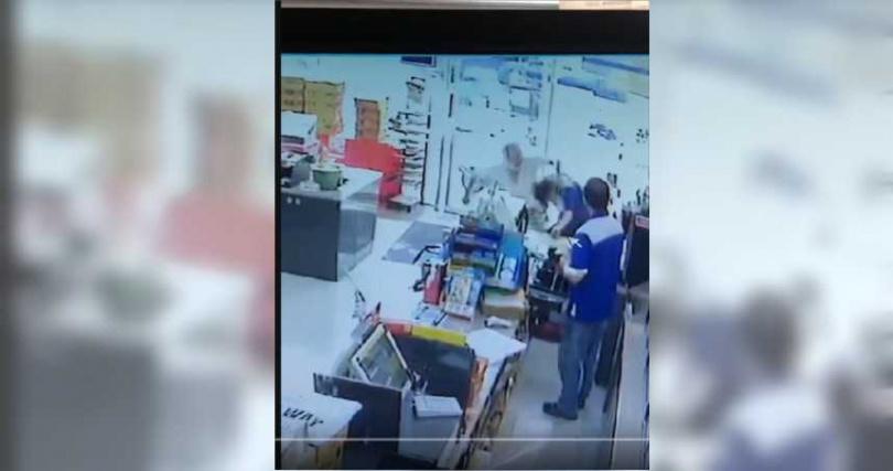 50歲賴姓男子進入超商未遵守防疫規定,與店員爆發肢體衝突。(圖/截圖自讀者提供影片)