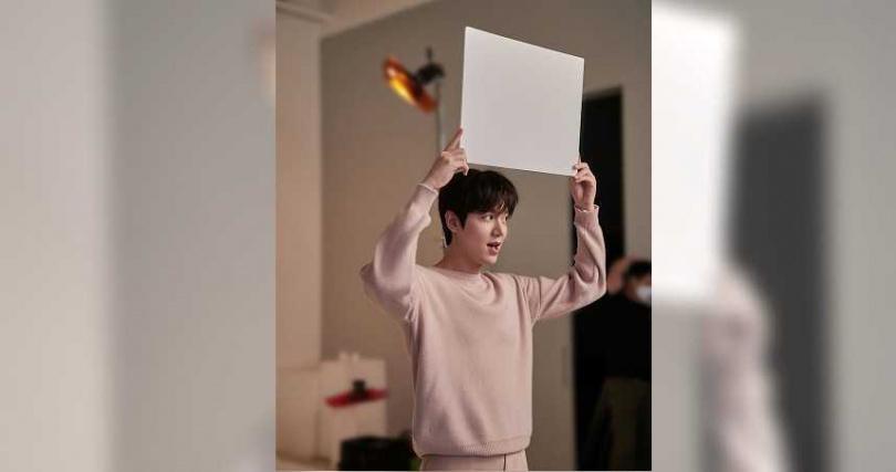 李敏鎬的最新形象照與側拍花絮今日曝光。(圖/正官庄提供)