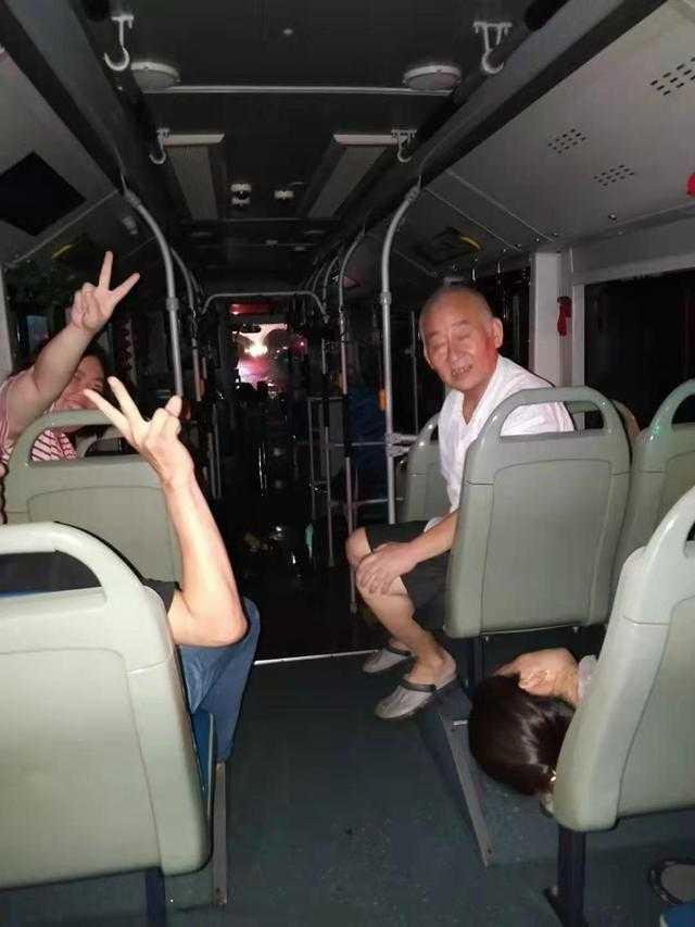 69歲陶老伯被困在公車上。(圖/翻攝自網易新聞)