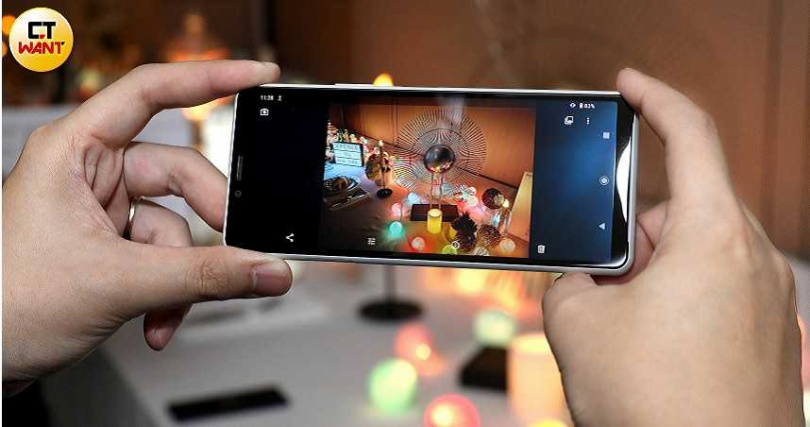 Sony Xperia 10 II新增「夜間模式」,在低光源環境或拍攝夜景時特別好用。(圖/王永泰攝)