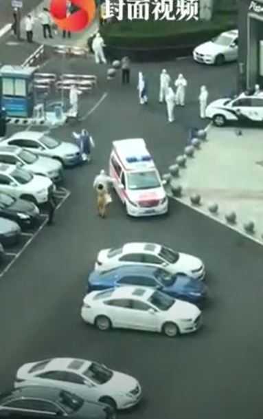 女子被送往醫院檢查。(圖/翻攝自微博)