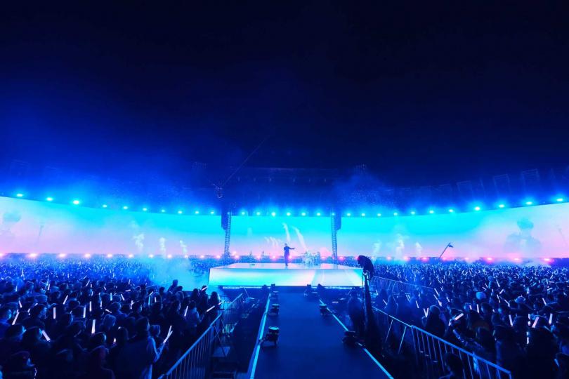 五月天這次打造演唱會史上最寬的132米LED,140米一路到底直通看台區的「fly to you」延伸跑道,還特別設計三大舞台,包括主舞台、以及延伸跑道上的好好舞台、和光年立方舞台。(圖/相信音樂提供)