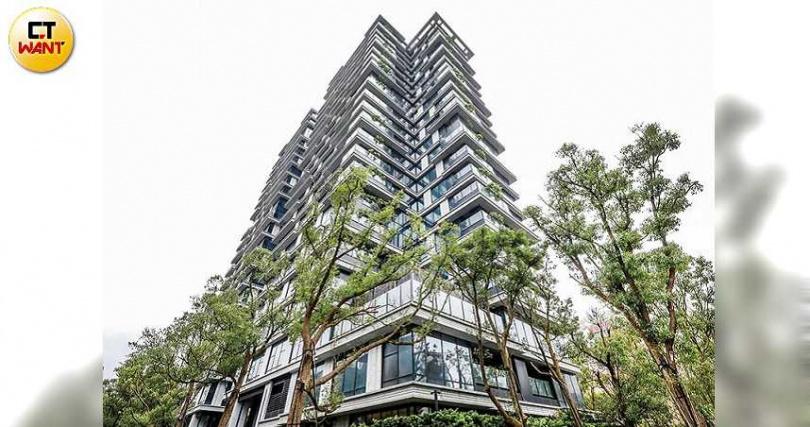採垂直森林VILLA概念設計的潤泰敦峰,周圍環繞高度2米的樹海花園,並以大面落地窗引景入室。(圖/張祐銘攝)