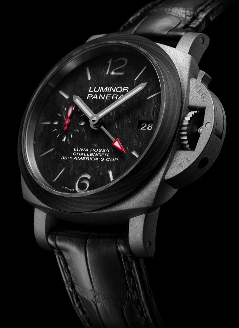 PANERAI「Luminor Luna Rossa」兩地時間鈦金屬腕錶(#PAM01096),噴砂鈦金屬錶殼,42mm,P.9010型GMT自動上鏈機芯,黑色鱷魚皮錶帶╱341,000元。(圖╱PANERAI提供)