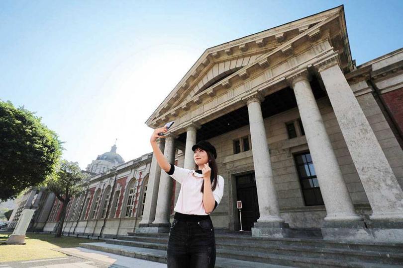「司法博物館」東西兩側分別為法務人員及一般民眾進出,風格落差頗大。(圖/于魯光攝)