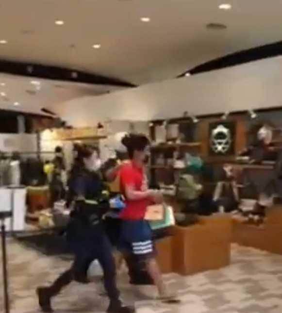 保全報警後,紅衣男因通緝身分,遭警方逮捕偵訊。(圖/翻攝Yulin Chen YT)