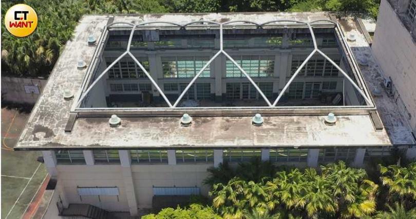 從空中鳥瞰,仍然可以看見「地中海國際中心」的室內泳池和網球場,不難想像當年的盛況。(圖/本刊攝影組)