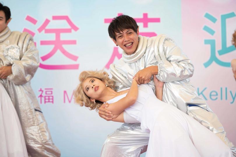鯰魚哥與王上菲搭雙人舞即興加碼下腰。(圖/TVBS提供)