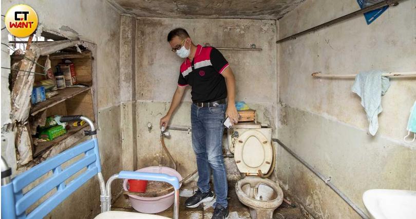 屏東市黃姓阿嬤的家簡陋至極,連水管都是由海青青弘會協助裝設。(圖/宋岱融攝)