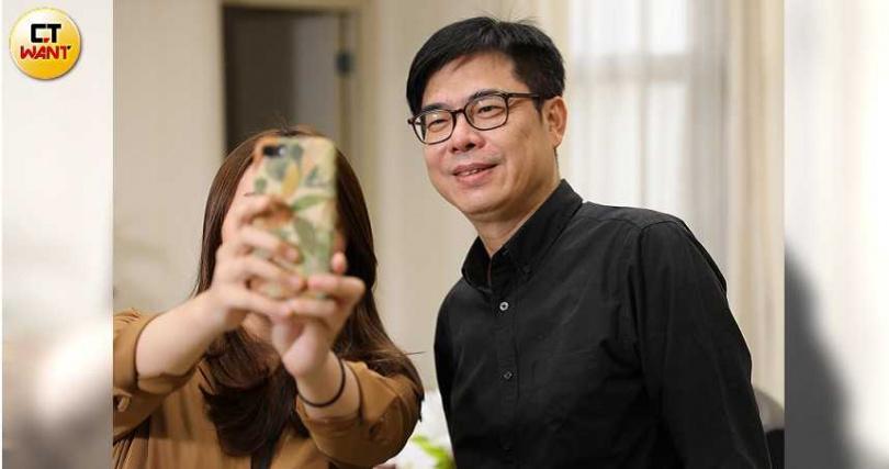 陳其邁在行政院的最後一天,不少人搶著跟他合照。(圖/張文玠攝)