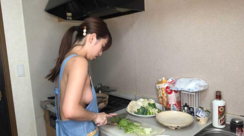 高梨瑞樹挑戰裸體圍裙做菜。(圖/高梨瑞樹のみずきっすYouTube)