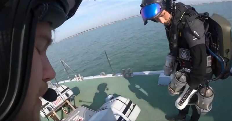 畫面中的操作人員已可以自由飛行於兩艘船艦當中。(圖/翻攝自NRL Twitter)