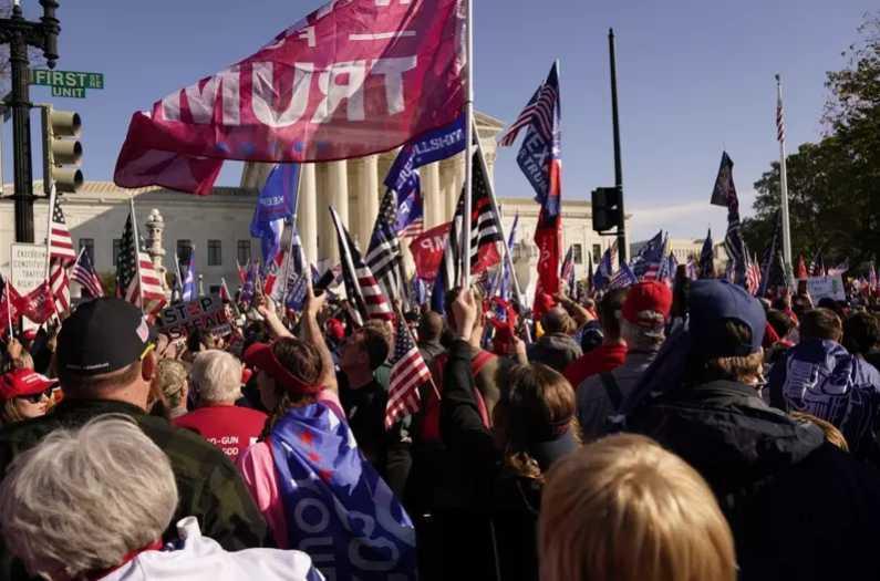 成千上萬的川普支持者14日在華府聚會,抗議大選舞弊不公。(圖/達志/美聯社)