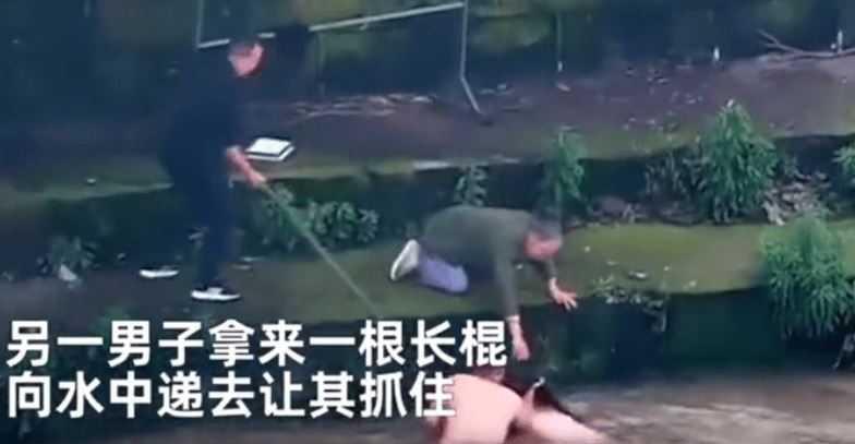 2名男子緊追輕生女子百公尺救人。(圖/翻攝自搜狐新聞)