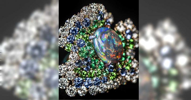 DIOR「Dior Rose」高級珠寶系列,蛋白石鑽石戒指,玫瑰金、鑽石、沙弗萊石、藍寶石、祖母綠、黑色蛋白石,紫色、紅色、綠色與藍色彩漆;主石:4.86克拉橢圓形切割澳大利亞黑色蛋白石╱價格未定。(圖╱DIOR提供)