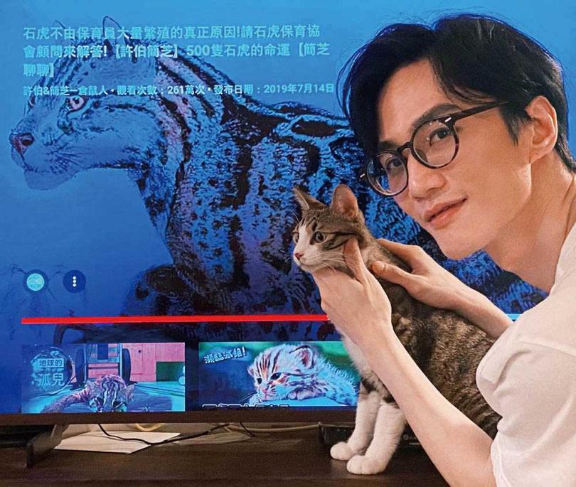 樂當三寶鏟屎官的李英宏,看電視時還會把牠們抱在身邊享受天倫樂。(圖/三點水音樂工作室提供)