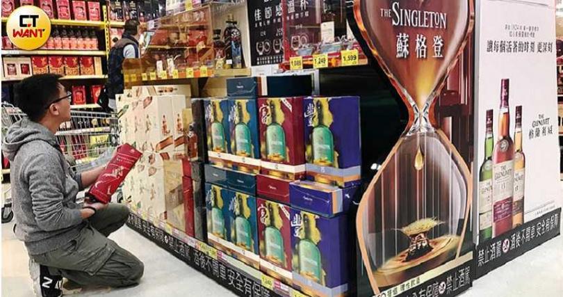 春節前大賣場有成堆的禮盒山,各家酒商紛紛推出禮盒搶商機。(圖/黃耀徵攝)