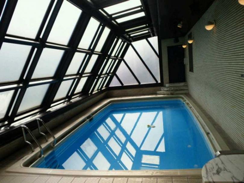 日本不少暗黑情色片拍攝泳池橋段,都在「那個泳池」拍攝。(圖/翻攝自推特)