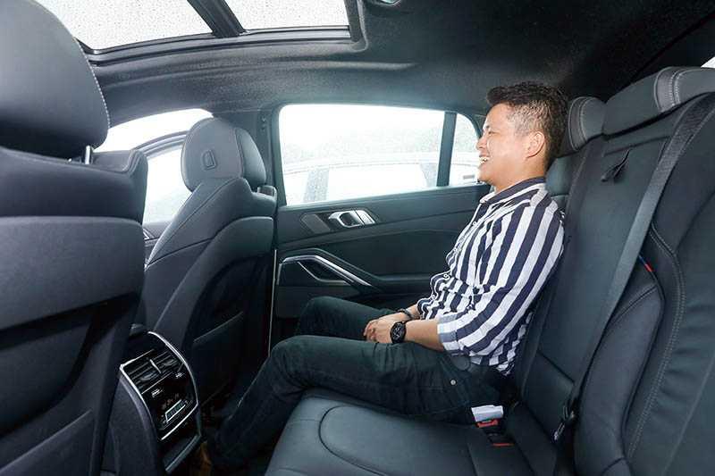後座也有冷暖氣恆溫控制面板,座椅前後空間相當寬敞,但上下空間有些侷限。(圖/王永泰攝)