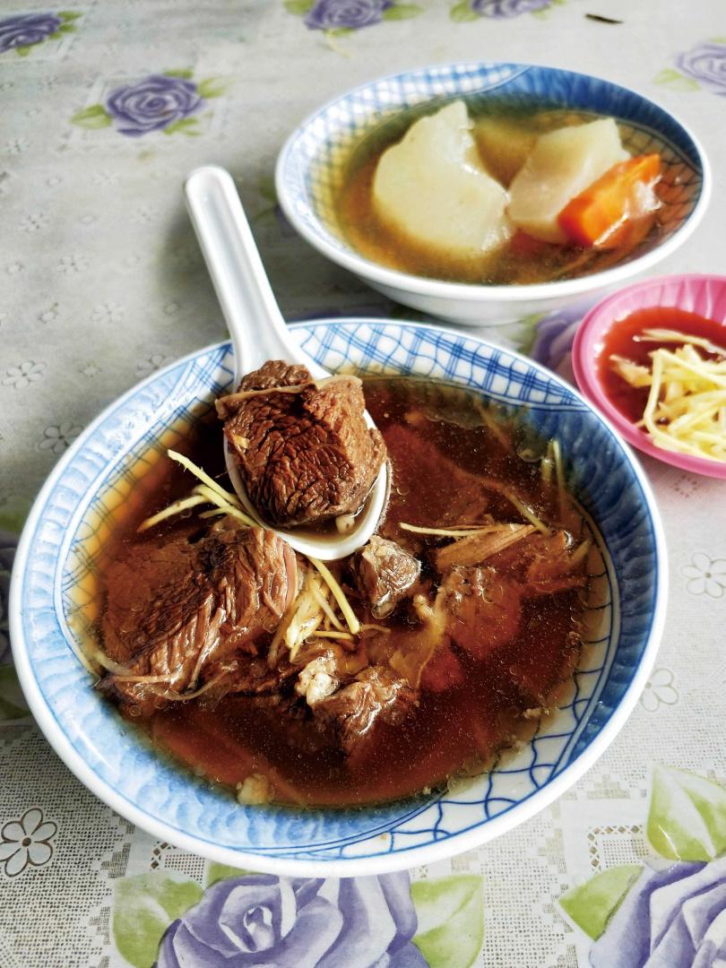 「旺成牛肉攤」招牌之一的「當歸牛肉湯」,湯頭清澈甘冽,牛肉新鮮有嚼感。(60元)(圖/高靜玉攝)