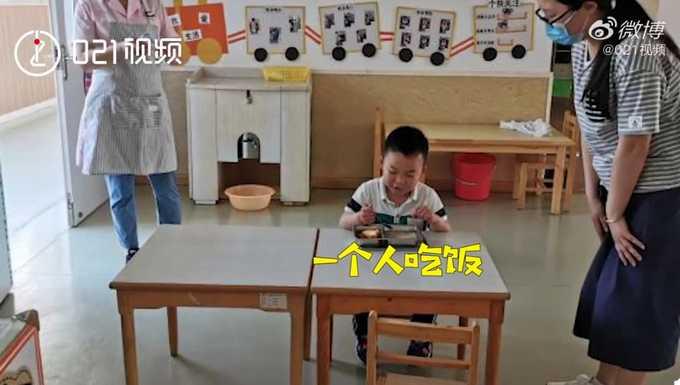 大班只有一人上課,連吃個飯也備受2位老師關注。(圖/微信)