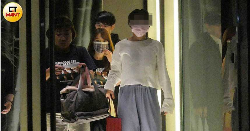 吃完火鍋,林媽媽(左1)率先步出餐廳,林莎(中)身旁則跟著一名年輕男子。(圖/本刊攝影組)
