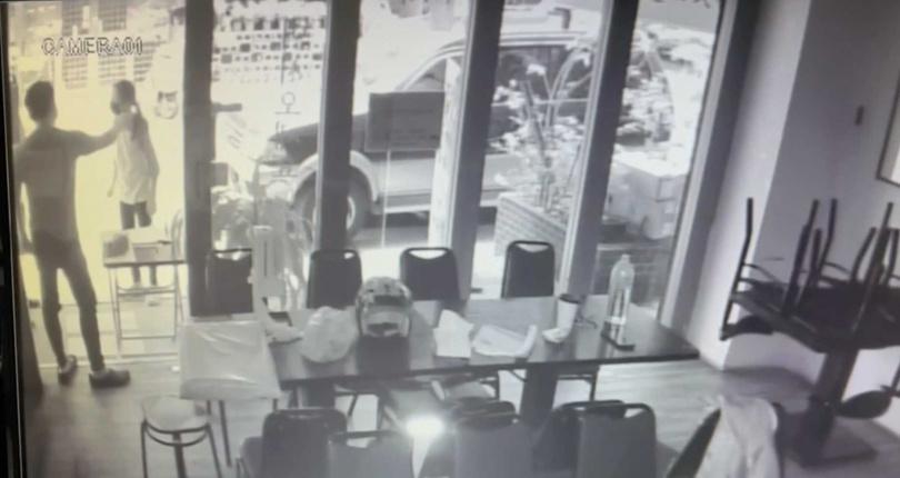 餐廳老闆控訴羅老闆移車又言語恐嚇,已到派出所提告恐嚇罪。(圖/翻攝畫面)