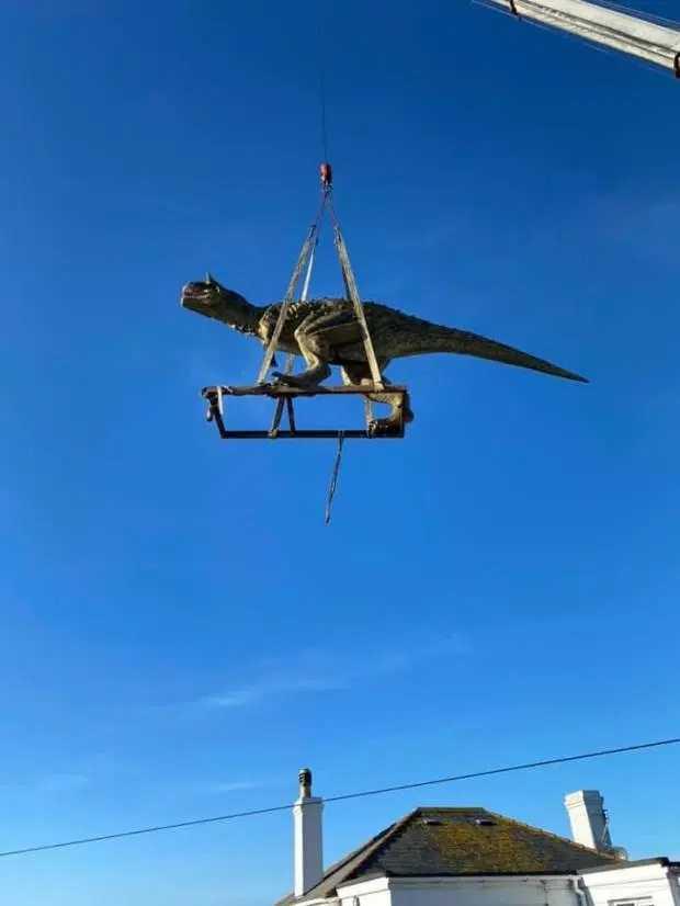 天降恐龍? 瘋狂老爸網購模型,居然錯估尺寸,必須動用起重機送貨!(圖/Andre Bisson臉書)