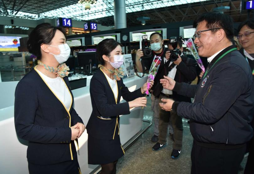 林佳龍向機場服務台工作人員表達感謝之意。(圖/桃園機場公司提供)