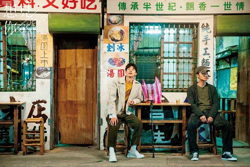 偶像劇《想見你》中,男主角許光漢(左)與施柏宇(右)聚首的「莫家冰店」,就是麻豆的「龍泉冰店」。(圖/衛視提供)