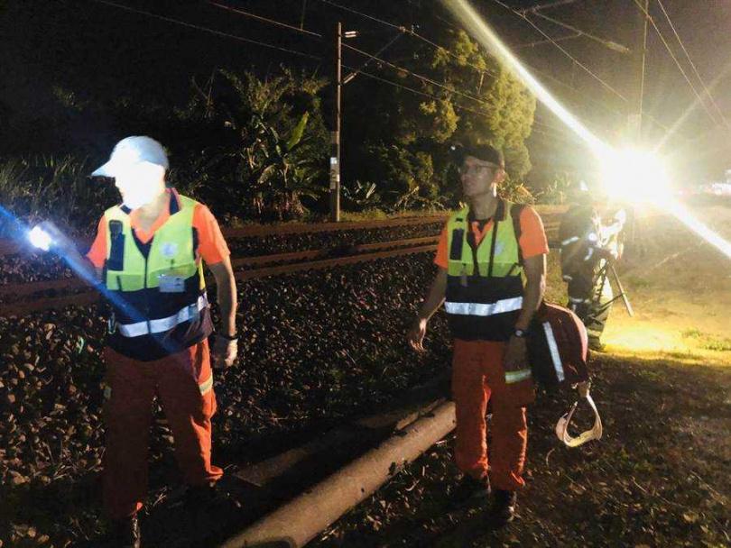 雲林縣消防局出動大批消防員,搜尋老翁的屍塊。(圖/翻攝畫面)