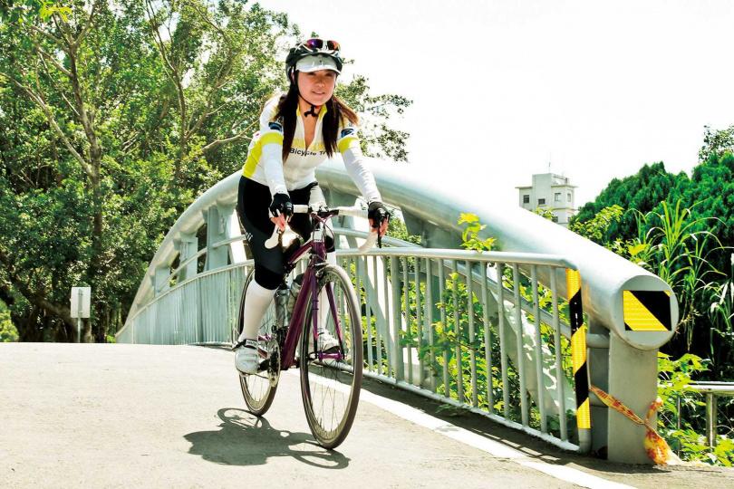 熱衷參加鐵人三項運動的姚黛瑋,自爆在騎腳踏車的過程中認識趙傳亨。